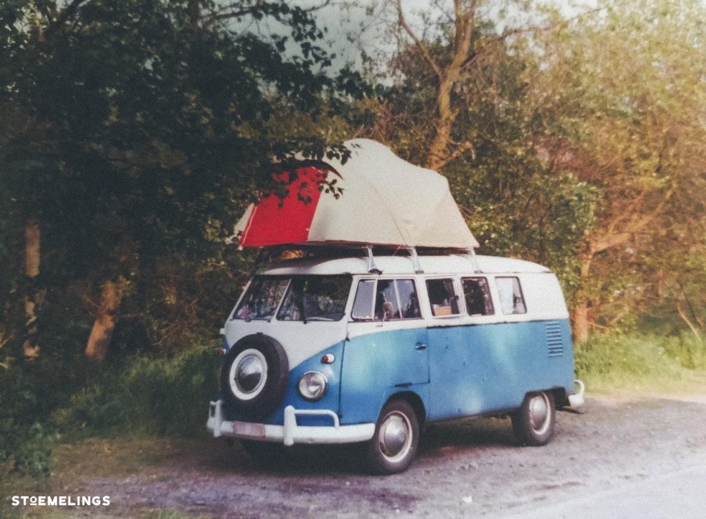 vieux van vw des années 60 avec une tente de toit photo vintage stoemelings