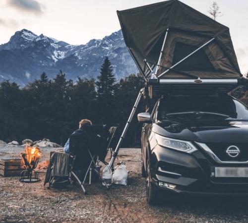 Road trip en montagne avec brasero tente de toit et echelle