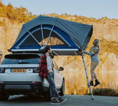 tente de toit stoemelings modèle familial yuna sheepie dans un desert avec une dame qui monte l'échelle