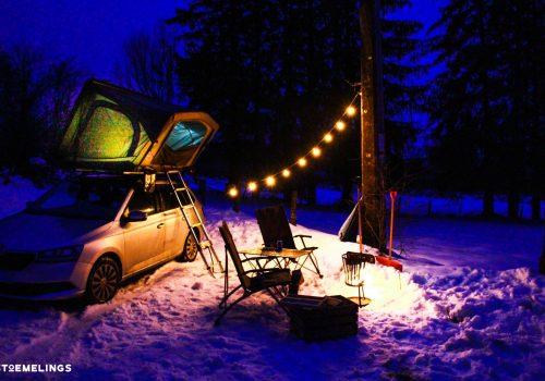 tente de toit stoemelings sheepie bookara dans la neige en ardennes belges avec guirlande d'ampoule