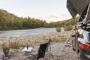 tente de toit jimba bord de rivière en italie avec sièges et brasero