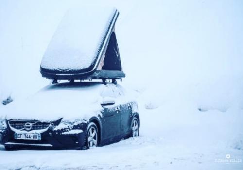 Tente de toit duo hussarde dans la neige avec la coque dure qui retient la neige