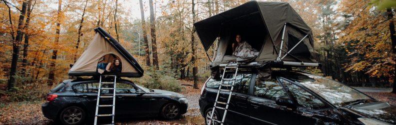 deux tentes de toit stoemelings camping en forêt